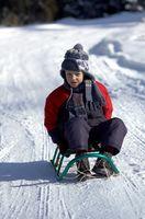 Hvordan man kan dekorere en antik Snow Sled
