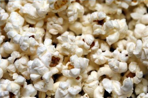 Sådan fjernes en brændt Popcorn lugt fra mikrobølgeovnen