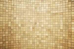 Hvilken farve væggen med spraglede Sand fliser?