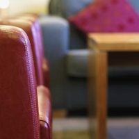 Sådan Decorate med en Beige sofa & en marineblå sofa