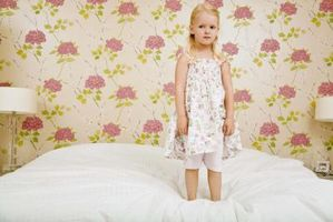 Hvordan man kan dekorere en lille piges værelse med queensize-seng