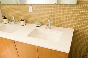 Sådan vedhæfte en bordplade til et badeværelse kabinet