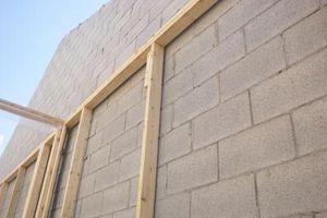 Hvor meget armeringsjern bruges i opbygningen af en blok væg?