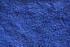 Hvordan man kan dekorere et badeværelse med blå håndklæder