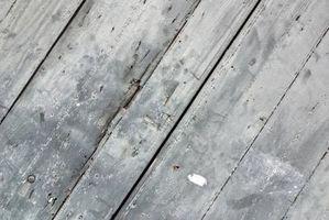 Sådan gendannes, pletten & forsegle en falmet træ dæk