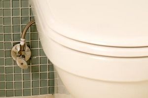 Den gennemsnitlige arbejdskraft til at installere et badeværelse Toilet