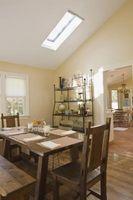 Hvordan man kan dekorere et lille rum med skrå lofter og vægge, kort